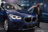 Kepala Cabang BMW Astra Surabaya Yopy Antonio memperkenalkan BMW X1 sDrive18i  saat peluncuran mobil tersebut di BMW Astra Surabaya, Jawa Timur, Jumat (5/2/2021). Peluncuran mobil yang ditawarkan dengan harga Rp770 juta tersebut diharapakan dapat memenuhi kebutuhan kendaraan yang nyaman dan serbaguna. Antara Jatim/Zabur Karuru