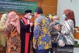 Dr. Iman Luqmanul Hakim, SH., M.Hum ketika mendapat ucapan selamat, usai di lantik dan pengambilan sumpah jabatan sebagai Wakil Ketua Pengadilan Negeri Depok, Jumat (5/02/2021)