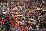 Protes hari kedua terkait penggulingan Aung San Suu Kyi ribuan orang turun ke jalanan di Myanmar