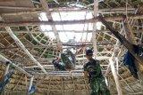 TNI bangun  rumah adat yang roboh akibat angin kencang di Malaka