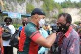 Selepas olahraga bersepeda, Pangdam XVII/Cenderawasih bagikan sembako warga