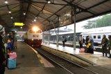 Kereta menuju Daop Surabaya terlambat tiba akibat banjir Semarang