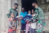 Satgas Yonif Raider 100 beri bantuan pakaian warga kampung di perbatasan RI-PNG