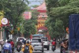 Warga melintas di kawasan pecinan Kelurahan Pakelan, Kota Kediri, Jawa Timur, Sabtu (6/2/2021). Sejumlah bangunan tuan tionghoa di kawasan itu kurang terawat bahkan sebagian telah tergantikan dengan bangunan baru. Antara Jatim/Prasetia Fauzani/zk.