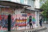 Warga berfoto di kawasan pecinan Kelurahan Pakelan, Kota Kediri, Jawa Timur, Sabtu (6/2/2021). Sejumlah bangunan tuan tionghoa di kawasan itu kurang terawat bahkan sebagian telah tergantikan dengan bangunan baru. Antara Jatim/Prasetia Fauzani/zk.