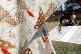 Perajin menyelesaikan pembuatan batik di Desa Klampar, Pamekasan, Jawa Timur, Minggu (8/2/2021). Permintaan batik di daerah itu mulai menunjukkan peningkatan terkait kebijakan pemkab setempat yang memberlakukan pakaian adat Madura, Baju Koko dan Batik Pamekasan, sebagai seragam Pegawai Negeri Sipil (PNS) dan pegawai non PNS. Antara Jatim/Saiful Bahri/zk