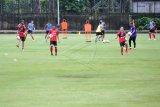 Sejumlah pesepak bola Bali United mengikuti latihan di Lapangan Karya Manunggal, Denpasar, Bali, Senin (8/2/2021). Bali United memulai latihan perdana di tahun 2021 sebagai persiapan tim untuk mengikuti AFC Cup 2021 dan kompetisi Liga 1 dengan menerapkan protokol kesehatan untuk mencegah pandemi COVID-19. ANTARA FOTO/Fikri Yusuf/nym.
