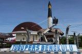Anggota Persatuan Wartawan Indoensia (PWI) Bengkulu mengecat tugu pers di Bengkulu, Minggu (7/2/2021). Pengecatan tersebut guna memperindah tugu tersebut jelang Hari Pers Nasional (HPN) 2021 di Bengkulu. ANTARA FOTO/David Muharmansyah/aww.