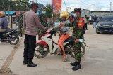 Personel TNI-Polri bagi masker ke warga Enarotali Paniai
