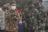 Panglima TNI Marsekal TNI Hadi Tjahjanto (kanan) bersama Menteri Kesehatan Budi Gunadi Sadikin (kiri) berbincang usai mengikuti Apel Kesiapan Tenaga Vaksinator dan Tracer COVID-19 di Mabes TNI, Cilangkap, Jakarta, Selasa (9/2/2021). TNI dalam rangka tindak lanjut penanganan penyebaran COVID-19 melibatkan prajurit dari Babinsa (500 personel), Babinpotmar (30 personel), Babinpotdirga (30 personel), Puskesad (15 personel vaksinator dan lima unit ambulance), Puskesal dan Pukesau masing-masing sebanyak lima personel vaksinator dan lima unit ambulance. ANTARA FOTO/Asprilla Dwi Adha/foc.