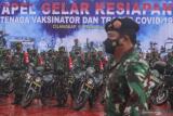 Panglima TNI Marsekal TNI Hadi Tjahjanto mengecek kesiapan prajurit saat Apel Kesiapan Tenaga Vaksinator dan Tracer COVID-19 di Mabes TNI, Cilangkap, Jakarta, Selasa (9/2/2021). TNI dalam rangka tindak lanjut penanganan penyebaran COVID-19 melibatkan prajurit dari Babinsa (500 personel), Babinpotmar (30 personel), Babinpotdirga (30 personel), Puskesad (15 personel vaksinator dan lima unit ambulance), Puskesal dan Pukesau masing-masing sebanyak lima personel vaksinator dan lima unit ambulance. ANTARA FOTO/Asprilla Dwi Adha/foc.