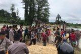 Personel TNI-Polri bersama warga perbaiki jembatan rusak di perbatasan RI-PNG