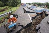 Petugas menyiapkan alat saat memeriksa kondisi jalan tol yang ambles di ruas tol Cikopo-Palimanan (Cipali) KM 122, Kabupaten Indramayu, Jawa Barat, Selasa (9/2/2021). Jalan tol Cipali KM 122 amblas pada hari Selasa (9/2) pukul 03.00 dinihari dan mengakibatkan penutupan jalan serta pemberlakuan lawan arah mulai dari KM 117 sampai KM 126. ANTARA FOTO/M Agung Rajasa/hp.