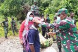 Dandim Yahukimo bagi masker gratis ke warga kampung