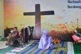 Pengungsi korban banjir melakukan shalat di ruang aula Gereja Kristen Muria Indonesia (GKMI) Tanjung Karang, Kudus, Jawa Tengah, Kamis (11/2/2021). Menurut pengurus gereja setempat, sebagai bentuk toleransi antarumat beragama serta wujud saling membantu kepada sesama, sebanyak 41 warga korban banjir dari berbagai agama dievakuasi ke gereja tersebut sejak 31/1/2021. ANTARA FOTO/Yusuf Nugroho/aww.