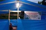 Relawan bencana membangun masjid darurat di tenda pengungsian