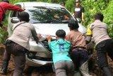 Mobil minibus tersesat di hutan berhasil dievakuasi