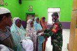Babinsa Koramil Wamena beri bantuan seragam sekolah  di pesantren Al Istiqomah
