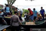 Polisi dan warga terdampak banjir bersama jaga keamanan
