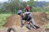 Pegiat olahraga Mountain Bike (MTB) menjajal Trek di Gumarang Bike Park Telunjuk Raung, Songgon, Banyuwangi, Jawa Timur, Minggu (14/2/2021). Pengembangan lintasan balap sepeda sebagai bagian diversifikasi usaha perkebunan Banyu Kidul yang membangun 2 trek RDH, 2 trek Downhill  dan 1 trek Enduro itu, diharapkan dapat menghasilkan atlet-atlet baru cabang olahraga MTB dan Downhill. Antara Jatim/Budi Candra Setya/zk.