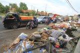 Pengendara melintas di sekitar sampah yang menumpuk di tepi jalur Pantura Losarang, Indramayu, Jawa Barat, Senin (15/2/2021). Sampah yang terbawa banjir beberapa hari lalu dibiarkan menumpuk di tepi jalur pantura dan menimbulkan aroma yang tidak sedap. ANTARA JABAR/Dedhez Anggara/agr