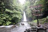 Wisatawan bermain di bawah air terjun telunjuk raung di Songgon, Banyuwangi, Jawa Timur, Minggu (14/2/2021). Wisata air terjun yang terletak di kaki gunung raung itu menjadi salah satu destinasi wisata alam yang menawarkan keindahan alam yang masih asri. Antara Jatim/Budi Candra Setya/zk.