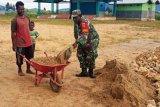 Babinsa Koramil Enarotali bantu warga binaan bangun pondasi rumah