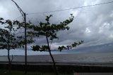 Hujan disertai angin kencang surutkan minat nelayan di Makassar turun melaut