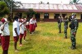 Satgas Yonif MR 413 ajarkan peraturan baris berbaris siswa di perbatasan