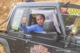 Yazid Noor Fahmi dari Murakata Jeep Club (MJC) Kalsel menggunakan mobil 4x4 mengantarkan bantuan untuk di salurkan ke pedalaman Pegunungan Meratus di Desa Datar Ajab, Kabupaten Hulu Sungai Tengah, Kalimantan Selatan, Selasa (16/2/2021). Sebanyak 20 unit mobil 4x4 di turunkan oleh Komunitas Offroad MJC Kalsel membantu menyalurkan bantuan untuk korban banjir bandang ke daerah yang terisolir di pedalaman Pegunungan Meratus. Foto Antaranews Kalsel/Bayu Pratama S.
