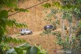 Relawan dari Murakata Jeep Club (MJC) Kalsel menggunakan mobil 4x4 mengantarkan bantuan untuk di salurkan ke pedalaman Pegunungan Meratus di Desa Datar Ajab, Kabupaten Hulu Sungai Tengah, Kalimantan Selatan, Selasa (16/2/2021). Sebanyak 20 unit mobil 4x4 di turunkan oleh Komunitas Offroad MJC Kalsel membantu menyalurkan bantuan untuk korban banjir bandang ke daerah yang terisolir di pedalaman Pegunungan Meratus. Foto Antaranews Kalsel/Bayu Pratama S.