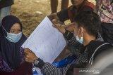 Masyarakat adat dayak memperlihatkan peta wilayah hutan saat melakukan konsolidasi terkait pelestarian hutan lindung dan hutan adat di Pegunungan Meratus di Desa Datar Ajab, Kabupaten Hulu Sungai Tengah, Kalimantan Selatan, Selasa (16/2/2021). Masyarakat di Desa Datar Ajab, Hinas Kanan dan Alat di Kecamatan Hantakan, menggelar musyawarah untuk mempertahankan hutan dari aktivitas penebangan liar di wilayah mereka, peta wilayah hutan lindung, sanksi adat kembali disosialisasikan dan disepakati saat pertemuan. Foto Antaranews Kalsel/Bayu Pratama S.