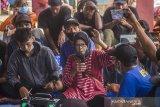 Tokoh masyarakat adat dayak di Kecamatan Hantakan serta aktivis lingkungan bahari Sumiati memberikan penjelasan saat melakukan konsolidasi terkait pelestarian hutan lindung dan hutan adat di Pegunungan Meratus di Desa Datar Ajab, Kabupaten Hulu Sungai Tengah, Kalimantan Selatan, Selasa (16/2/2021). Masyarakat di Desa Datar Ajab, Hinas Kanan dan Alat di Kecamatan Hantakan, menggelar musyawarah untuk mempertahankan hutan dari aktivitas penebangan liar di wilayah mereka, peta wilayah hutan lindung, sanksi adat kembali disosialisasikan dan disepakati saat pertemuan. Foto Antaranews Kalsel/Bayu Pratama S.