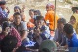 Sepuh tokoh masyarakat adat dayak Musa memberikan penjelasan saat melakukan konsolidasi terkait pelestarian hutan lindung dan hutan adat di Pegunungan Meratus di Desa Datar Ajab, Kabupaten Hulu Sungai Tengah, Kalimantan Selatan, Selasa (16/2/2021). Masyarakat di Desa Datar Ajab, Hinas Kanan dan Alat di Kecamatan Hantakan, menggelar musyawarah untuk mempertahankan hutan dari aktivitas penebangan liar di wilayah mereka, peta wilayah hutan lindung, sanksi adat kembali disosialisasikan dan disepakati saat pertemuan. Foto Antaranews Kalsel/Bayu Pratama S.
