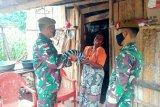 TNI bantu pakaian untuk warga perbatasan di TTU