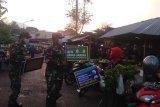 Babinsa Wonosobo tegakkan disiplin prokes di Pasar Pagi Madusari