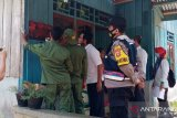 Polisi/TNI amankan pemasangan stiker  penanda rumah penerima bansos
