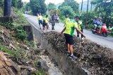 Personel Bintaldam XVII/Cenderawasih bersihkan sampah di akses jalan