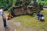 Pekerja melakukan pengukuran dimensi latar depan Candi Mirigambar yang akan dipugar di Mirigambar, Tulungagung, Jawa Timur, Jumat (19/2/2021). Candi Mirigambar untuk pemujaan umat Hindu peninggalan abad XIV itu mulai dipugar oleh BPCB Jatim, karena kondisi strukturnya sebagian besart sudah rusak, miring dan rawan ambruk jika terjadi gempa. Antara Jatim/Destyan Sujarwoko/zk
