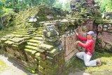 Pekerja melakukan pengukuran struktur Candi Mirigambar yang akan dipugar di Mirigambar, Tulungagung, Jawa Timur, Jumat (19/2/2021). Candi Mirigambar untuk pemujaan umat Hindu peninggalan abad XIV itu mulai dipugar oleh BPCB Jatim, karena kondisi strukturnya sebagian besart sudah rusak, miring dan rawan ambruk jika terjadi gempa. Antara Jatim/Destyan Sujarwoko/zk