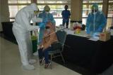 Seorang pekerja migran Indonesia (PMI) mengikuti tes usap (swab test) PCR COVID-19 di Gedung PWTC, Kuala Lumpur, Malaysia, Kamis (18/2/2021). Badan Perwakilan KNPI Malaysia dan Pantai Hospital memfasilitasi tes usap tersebut kepada 60 orang PMI yang akan melakukan penerbangan menuju Medan pada Sabtu (20/2) lusa. ANTARA FOTO/Agus Setiawan/wsj.