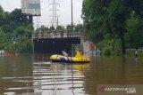 Petugas alihkan arus kendaraan di Jalan DI Panjaitan Jakarta akibat banjir