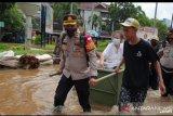 Kapolsek Kembangan selamatkan seorang nenek lintasi banjir