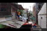 Petugas berhasil evakuasi seorang warga positif COVID-19 di tengah banjir