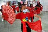 Pelatih sanggar Mahograyasah mengajari anak-anak membawakan tari kreasi baru berjudul 'Soyong' di Aula Kantor Desa Ngancar, Ngawi, Jawa Timur, Sabtu (20/2/2021). Latihan tari tersebut diadakan untuk melatih perkembangan motorik kasar anak-anak Paud terutama usia empat hingga enam tahun sekaligus mengusir kebosanan saat belajar di rumah seiring Penerapan Pembatasan Kegiatan Masyarakat (PPKM) Mikro. Antara Jatim/Ari Bowo Sucipto/zk