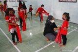 Pelatih sanggar Mahograyasah mengajari anak-anak membawakan tari kreasi baru berjudul