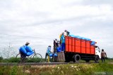 Pekerja menaikkan garam ke atas truk di Desa Bunder, Pamekasan, Jawa Timur, Sabtu (20/2/2021). Petani garam di Madura mengeluhkan rendahnya serapan garam produksi 2020 lalu, sementara musim olah tahun ini diperkirakan pada bulan Mei - Juni yang akan datang. Antara Jatim/Saiful Bahri/zk