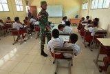 Satgas Yonif 756/WMS mengajar siswa SD YPPK Pusinara Amungun Mimika