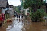 Minggu sore, sebagian rumah di Cipinang Melayu  masih tergenang air