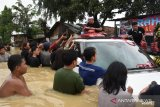 Dedi Mulyadi pakai mobil terobos daerah terisolasi banjir di Karawang, Jabar